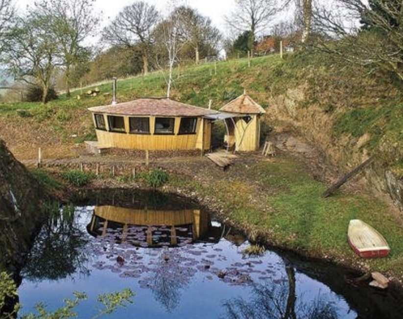 Hand-Built Yurt From Recycled Materials in England